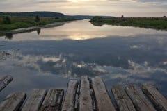 Soluppgång på floden Arkivbild