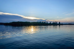 Soluppgång på floden Arkivfoton