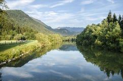 Soluppgång på floden och skogen Royaltyfri Bild