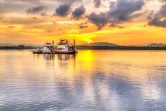 Soluppgång på floden på den Koh Kho Khao ön Arkivfoton