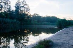 Soluppgång på floden tidigt på morgonen Fotografering för Bildbyråer