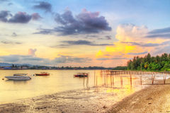 Soluppgång på hamnen av den KohKho Khao ön Arkivfoto