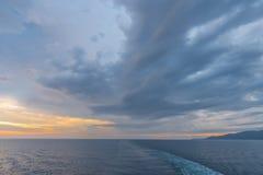 Soluppgång på havet av Japan Royaltyfri Bild