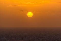 Soluppgång på havet i Atlanticet Ocean på ön av madeiran Arkivbild