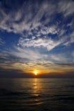 Soluppgång på havet och molnen Arkivbilder