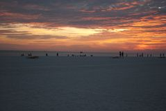 Soluppgång på havstranden arkivfoton