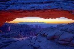 Soluppgång på iconic Mesa Arch i den Canyonlands nationalparken royaltyfri fotografi