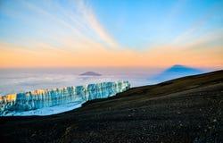 Soluppgång på Kilimanjaro med glaciären - Tanzania, Afrika Arkivfoton