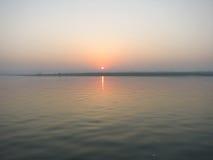 Soluppgång på Kongka floden, Indien Arkivbild