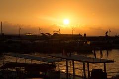 Soluppgång på kust i havet bredvid fartygmarina Arkivfoto