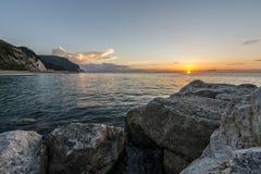Soluppgång på kusten av Conero, Marche, Italien Arkivbild