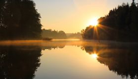 Soluppgång på laken Royaltyfri Bild