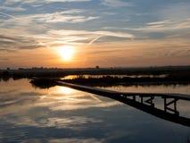 Soluppgång på laken Polder Blokhoven Schalkwijk royaltyfri foto
