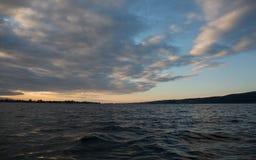 Soluppgång på lakesiden Arkivfoto