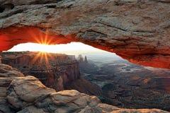 Soluppgång på Mesa Arch i den Canyonlands nationalparken Royaltyfri Bild