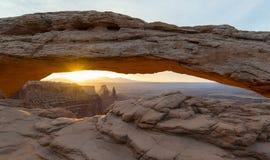Soluppgång på Mesa Arch i den Canyonlands nationalparken Fotografering för Bildbyråer