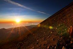 Soluppgång på monteringen Rinjani längs toppmötet Royaltyfria Bilder