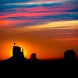 Soluppgång på monumentdalen på tumvanten och Merrick Butte Arkivfoton