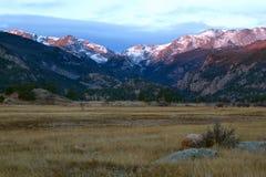 Soluppgång på morän parkerar i Rocky Mountain National Park Arkivfoton