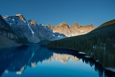 Soluppgång på morän sjön i den Banff nationalparken royaltyfri fotografi