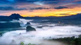 Soluppgång på morgonmisten på Phu Lang Ka, Phayao i Thailand fotografering för bildbyråer