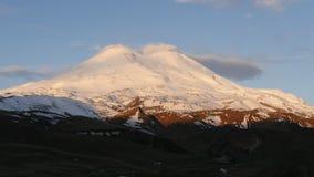 Soluppgång på Mount Elbrus arkivfilmer