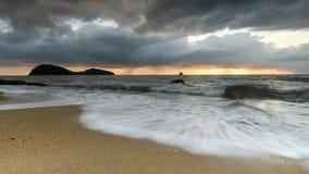Soluppgång på Palm liten vikstranden i norr Queensland fotografering för bildbyråer
