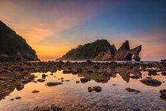 Soluppgång på Pantai Atuh Arkivbilder