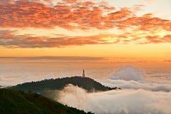Soluppgång på Phu badar berk Arkivfoton