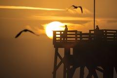 Soluppgång på pir på Daytona Beach i Florida Arkivfoto
