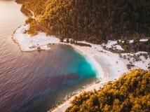 Soluppgång på Porto Vathy marmorerar stranden i Thasos, Grekland royaltyfri fotografi