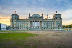 Soluppgång på Reichstagen som bygger en historisk stor byggnad i Berlin, royaltyfri foto