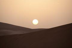 Soluppgång på sandöken Arkivbild