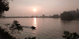 Soluppgång på Sarangan arkivbild