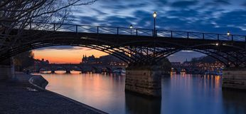 Soluppgång på Seinet River med Pont des Arts och Pont Neuf Ile de la citerar, Paris, Frankrike arkivbild