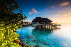 Soluppgång på semesterorten Maldiverna för fyra säsonger på Kuda Huraa royaltyfri foto