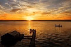 Soluppgång på sjön Arkivbilder