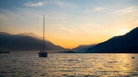 Soluppgång på sjön Como Arkivbild