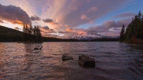 Soluppgång på sjön för två stålar i de kanadensiska steniga bergen Royaltyfri Bild
