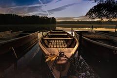 Soluppgång på sjön i höst med ett fartyg fotografering för bildbyråer