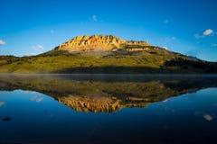 Soluppgång på sjön med björnen till butten i bakgrunden, Montana Arkivbild