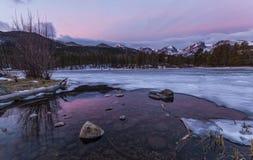 Soluppgång på Sprague Lake i Rocky Mountain National parkerar Arkivfoton
