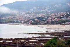 Soluppgång på stränderna av Galicia, var styrkan av havslekarna med vaggar på kusten teckningen av former och texturer arkivfoton