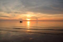 Soluppgång på strand Arkivbild