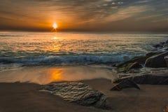 Soluppgång på stranden Arkivbild