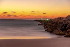 Soluppgång på stranden en ny gryning royaltyfria bilder
