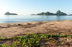 Soluppgång på stranden för Ao Manao, Prachuap Khiri Khan Province Royaltyfria Bilder