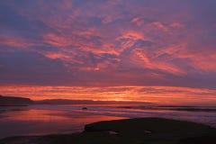 Soluppgång på stranden med vågor Royaltyfri Foto