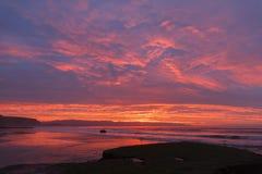 Soluppgång på stranden med vågor Arkivbilder