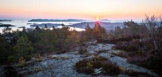 Soluppgång på svenskkust Arkivbild